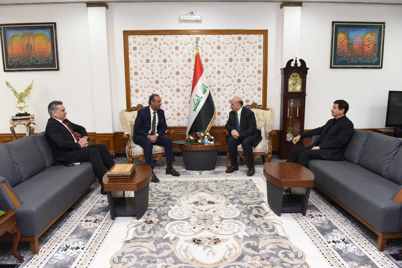Deputy Prime Minister for Economic Affairs and Finance Minister Fouad Hussein receives Najaf Governor and Chairman of the Economy and Investment Committee in the House of Representatives. A6088096-4687-4c0e-bcb5-68e373da877a